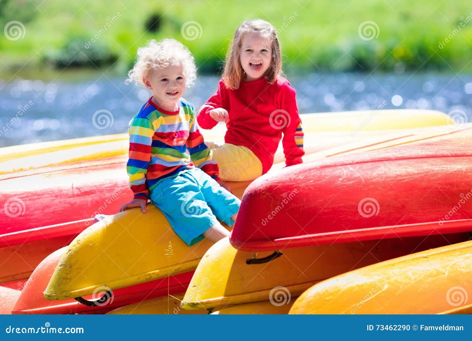 Deux enfants sur des piles de kayak