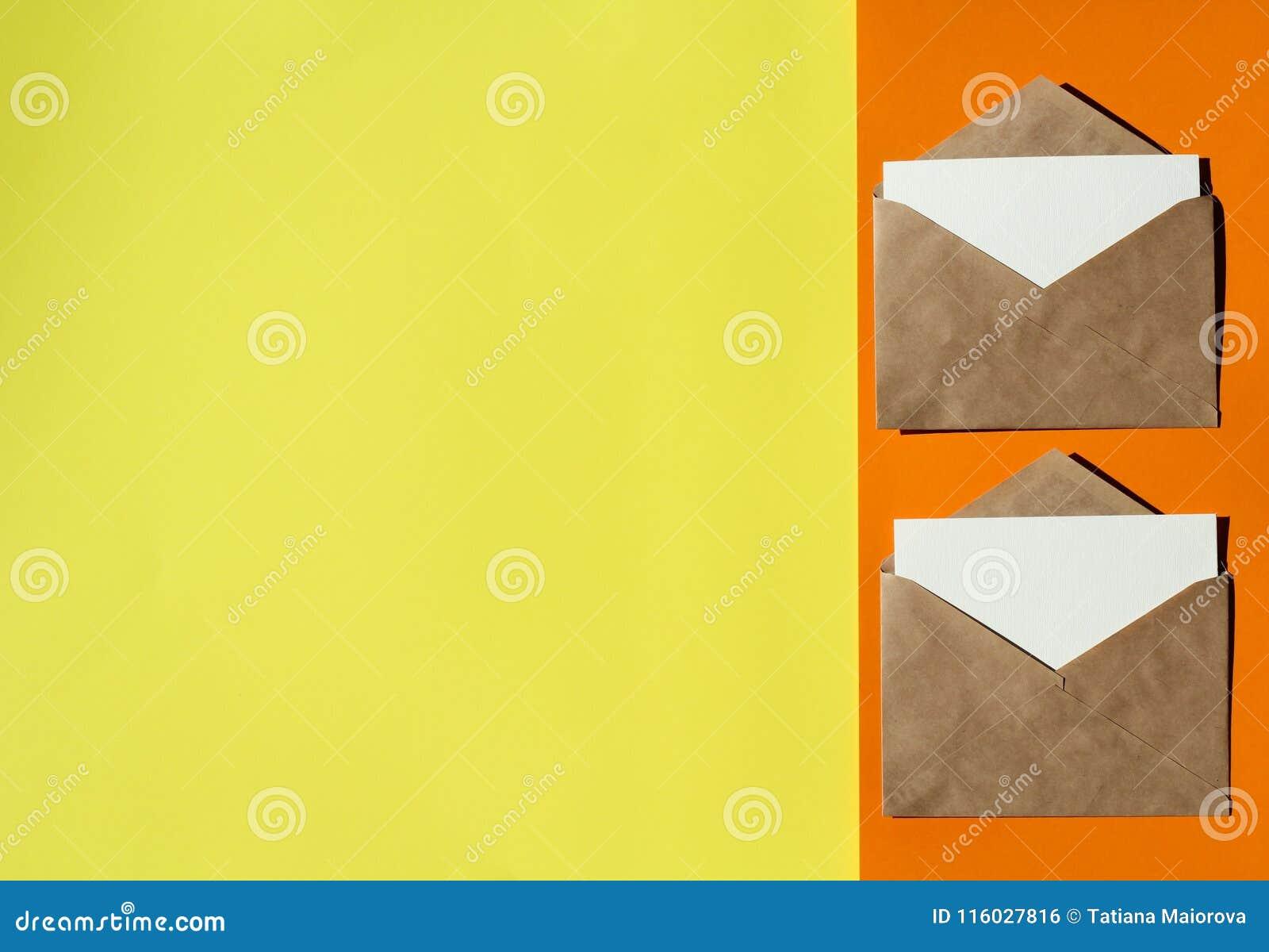 Deux enveloppes sur un fond coloré