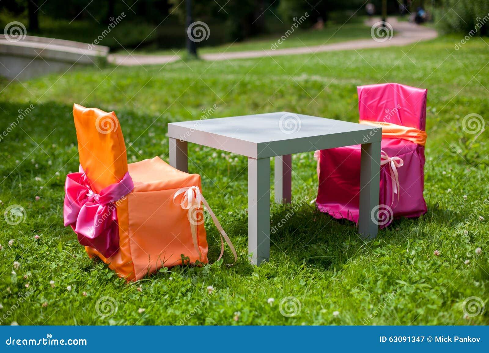Download Deux fauteuils image stock. Image du stationnement, gris - 63091347