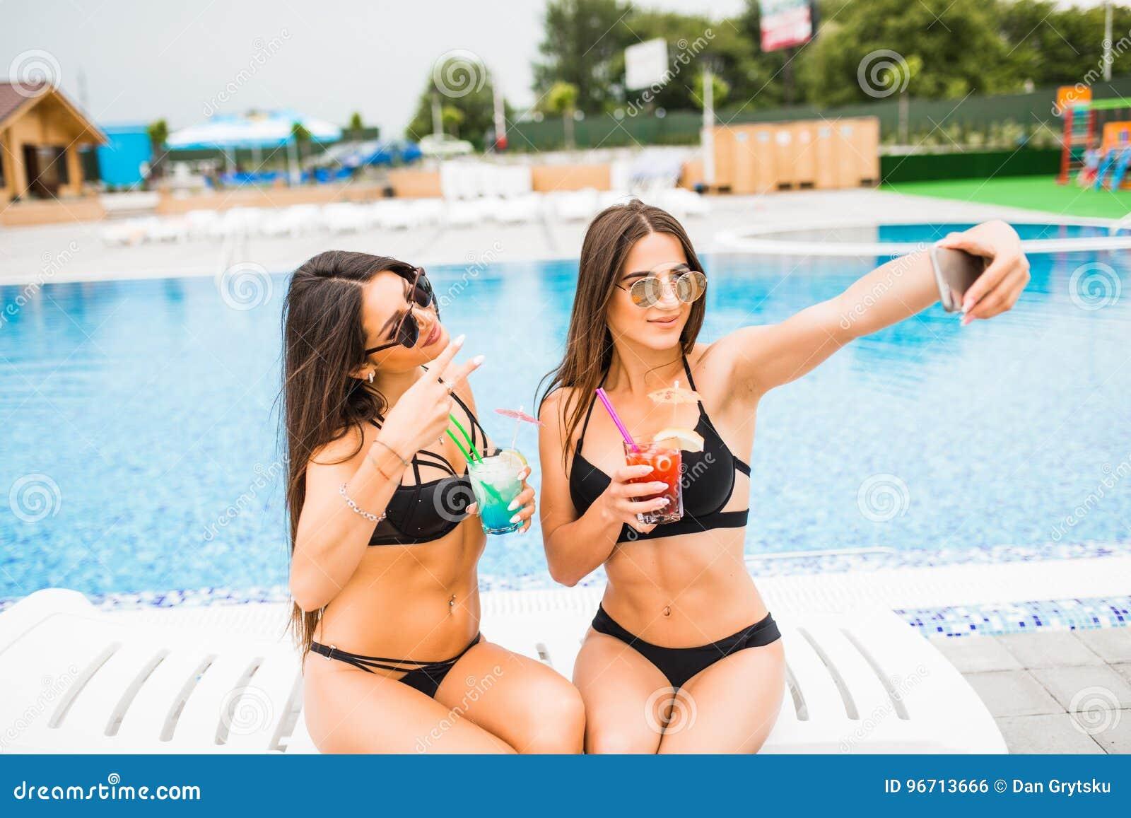 Bikini Attirantes Le De Près Deux Posant Brune Femmes Utilisant vOpq6