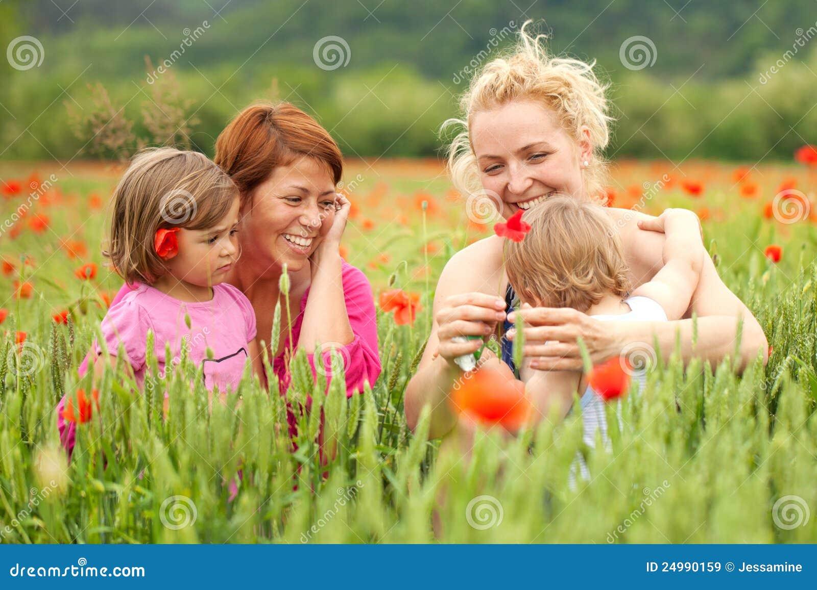 Deux femmes avec des enfants