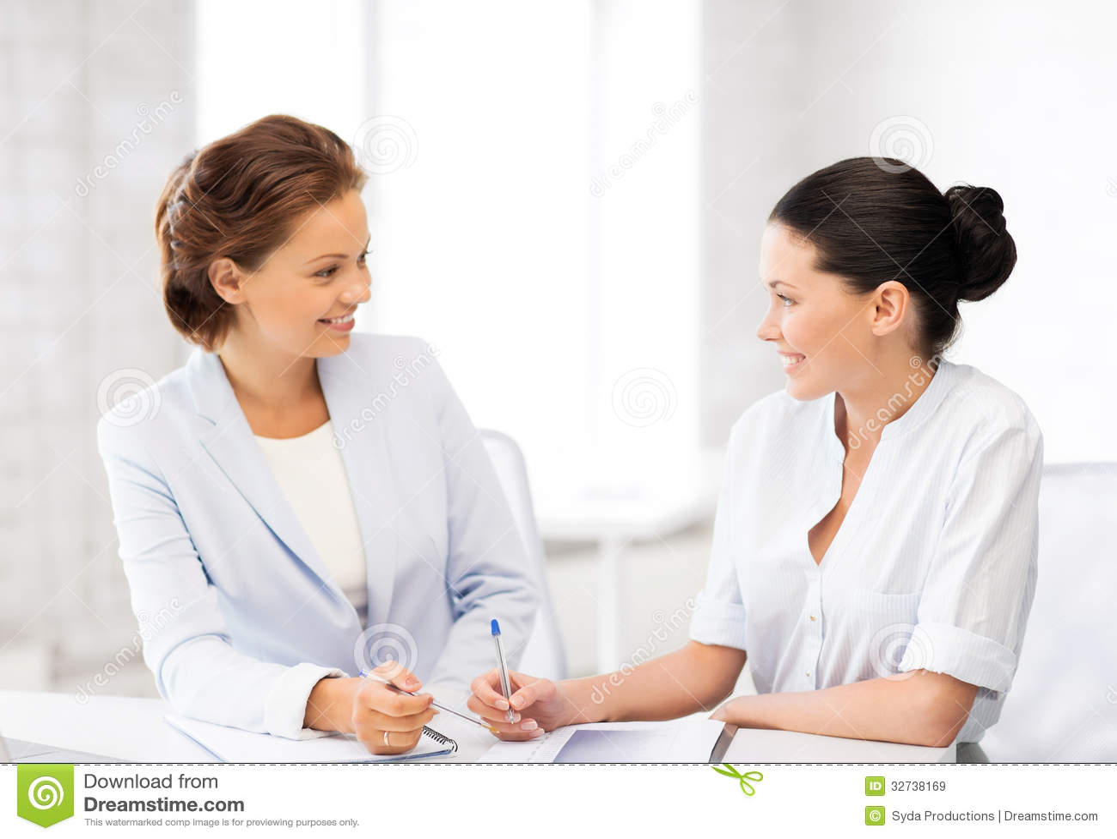 deux femmes d affaires ayant la discussion dans le bureau images libres de droits image 32738169