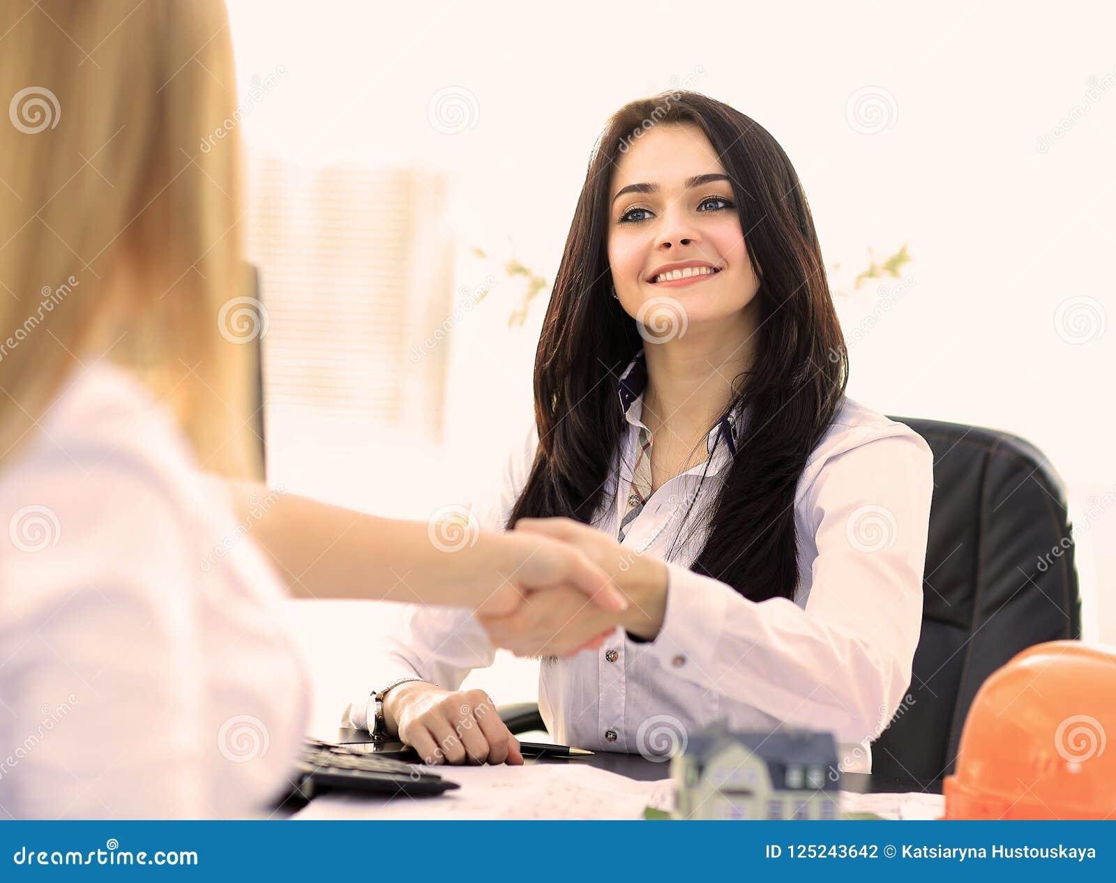Deux femmes d affaires se serrant la main dans le bureau moderne