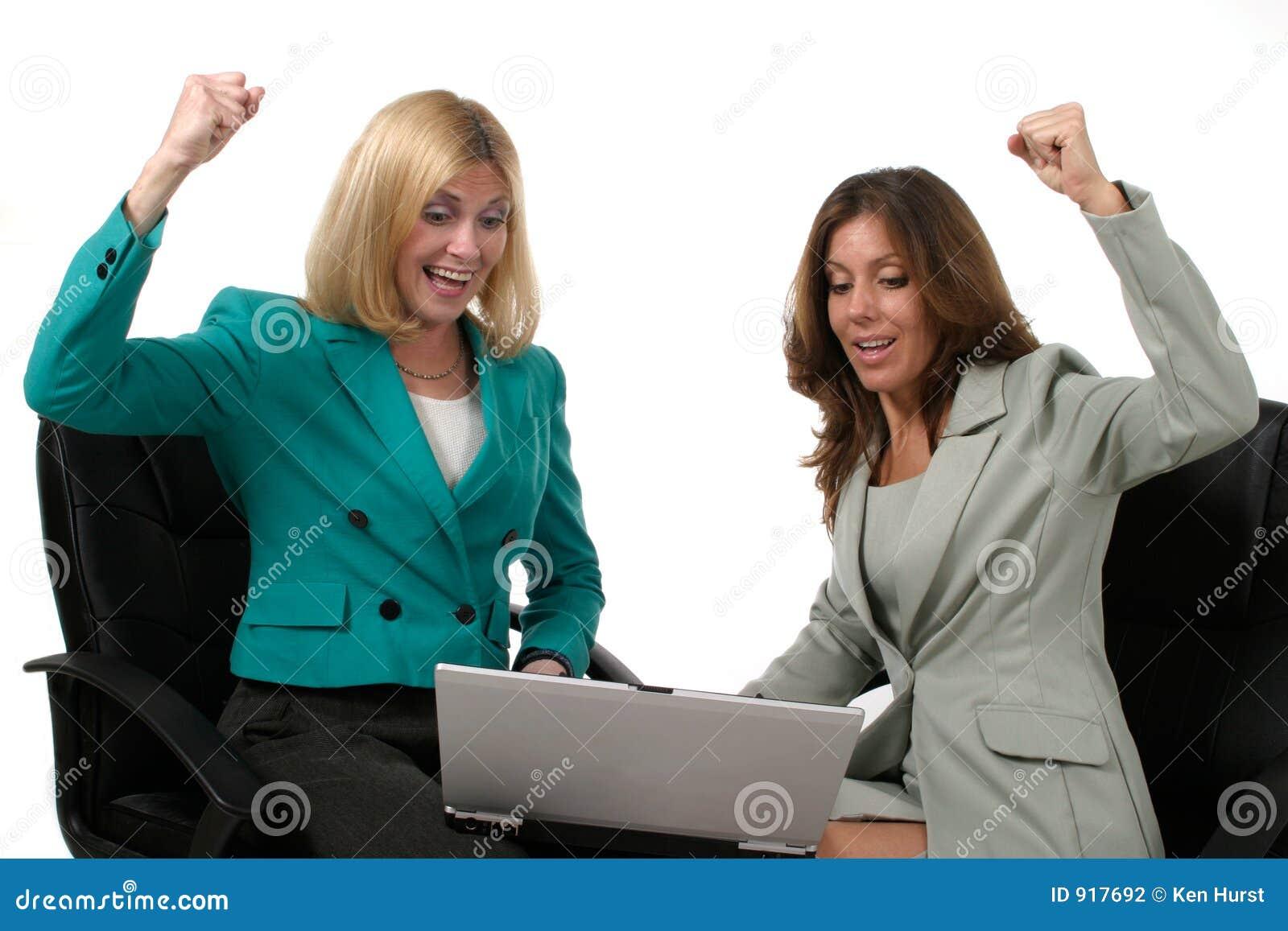 Deux femmes d affaires travaillant sur l ordinateur portatif 9
