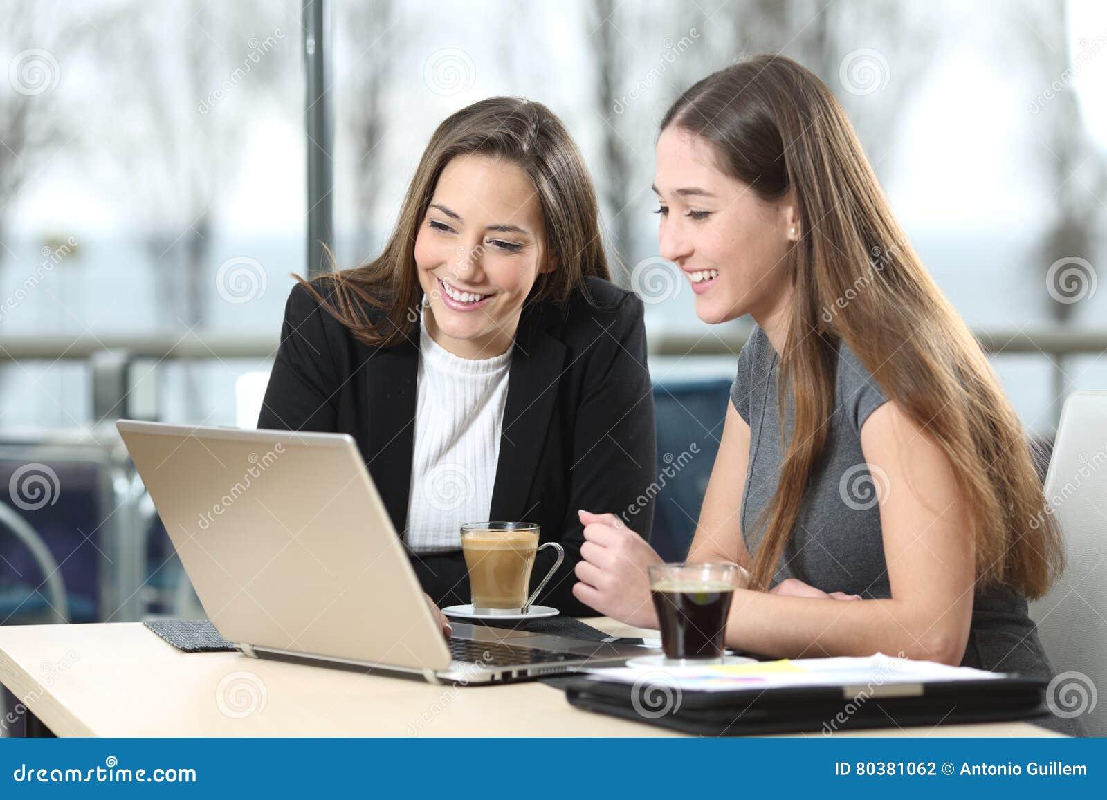 Deux femmes d affaires travaillant sur la ligne dans une barre