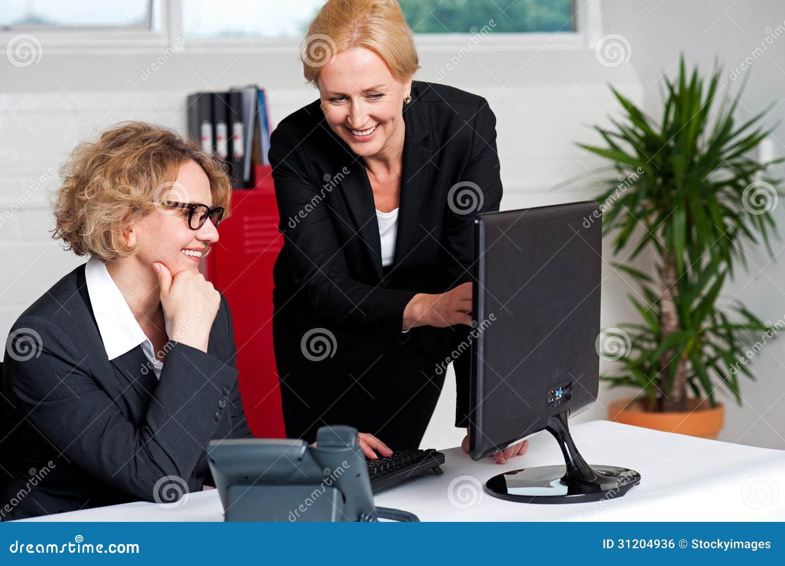 deux femmes d 39 entreprise gaies dans le bureau image libre de droits image 31204936. Black Bedroom Furniture Sets. Home Design Ideas