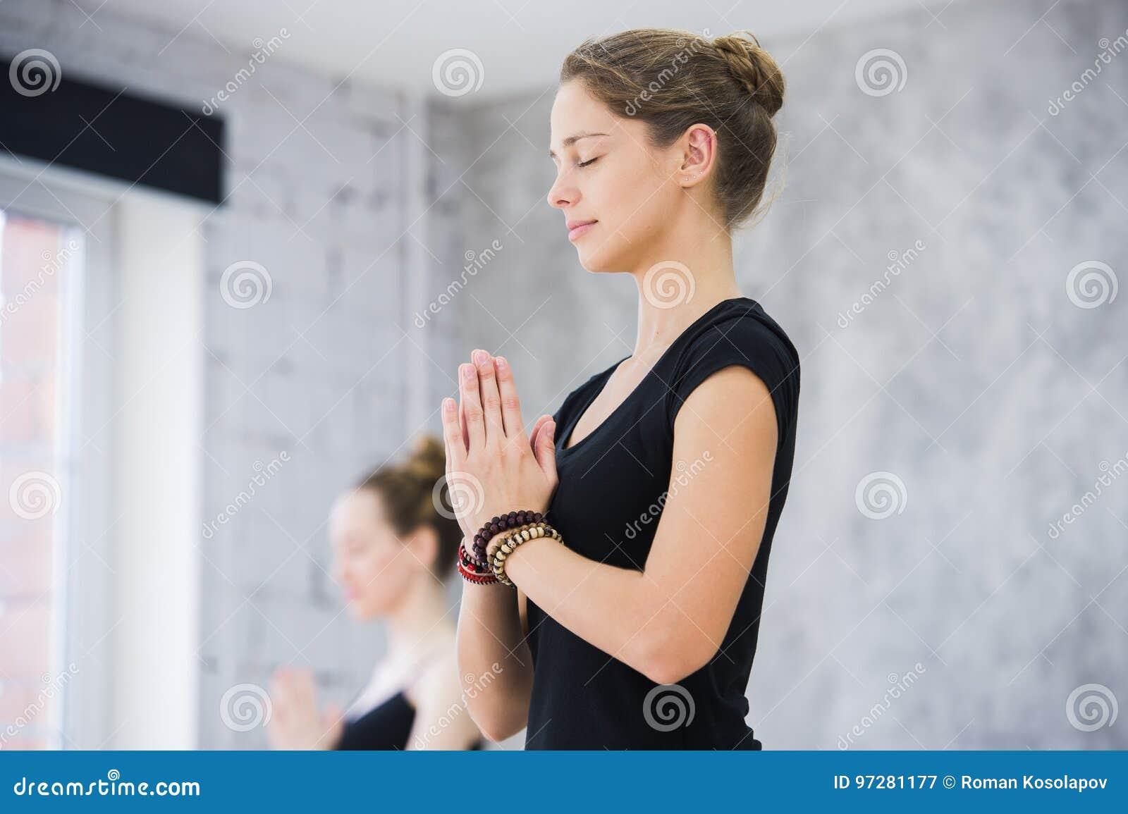 Deux femmes dans le gymnase classent, exercice de relaxation ou classe de yoga