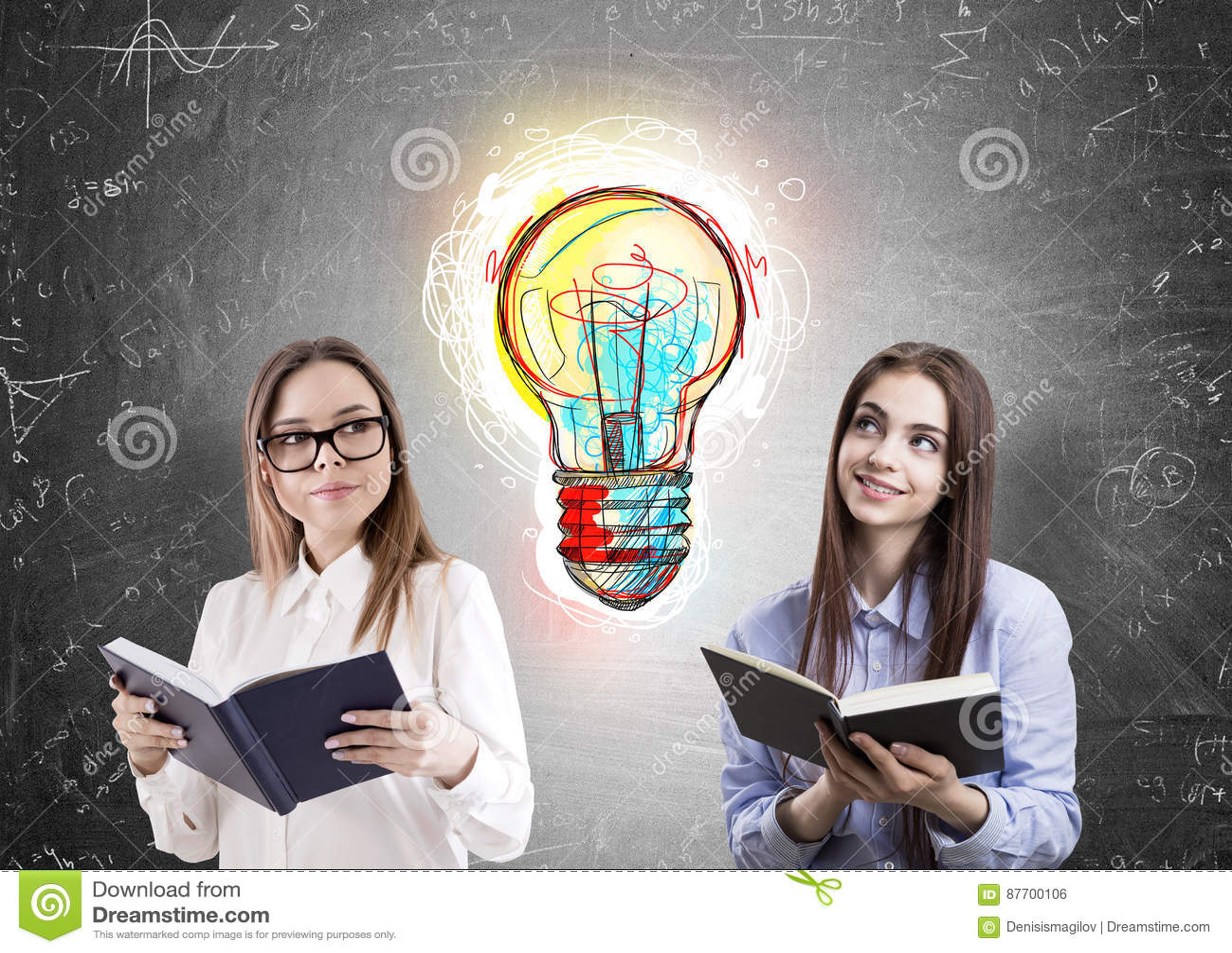 Deux femmes de lecture et une ampoule