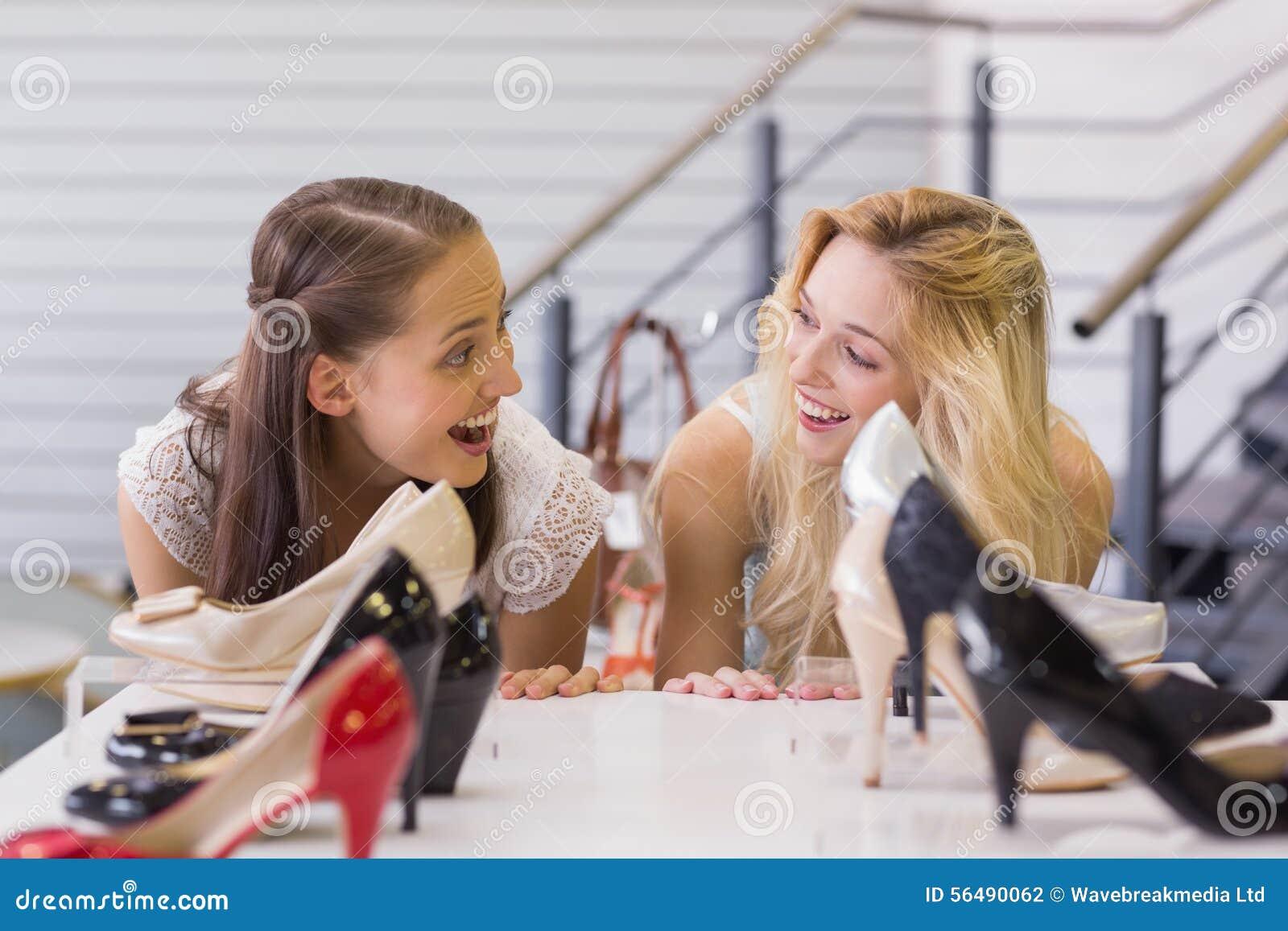 Deux femmes enthousiastes regardant des chaussures de talon