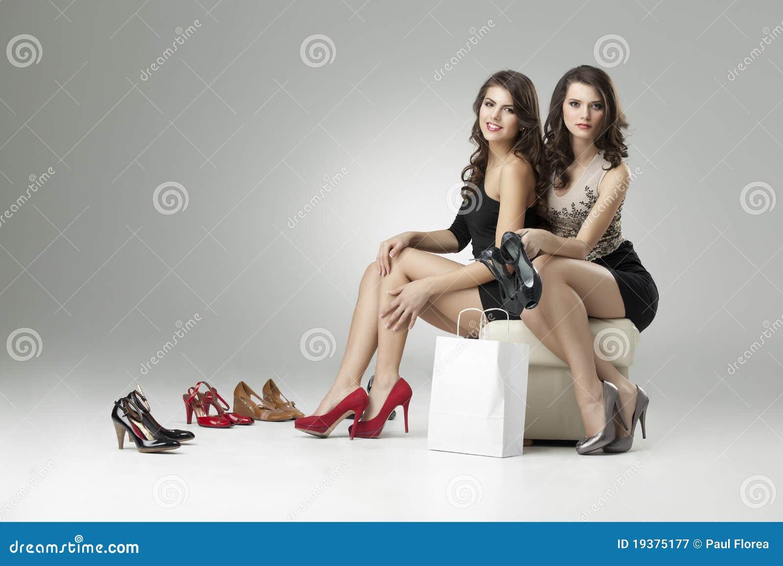 Deux femmes essayant de hauts talons