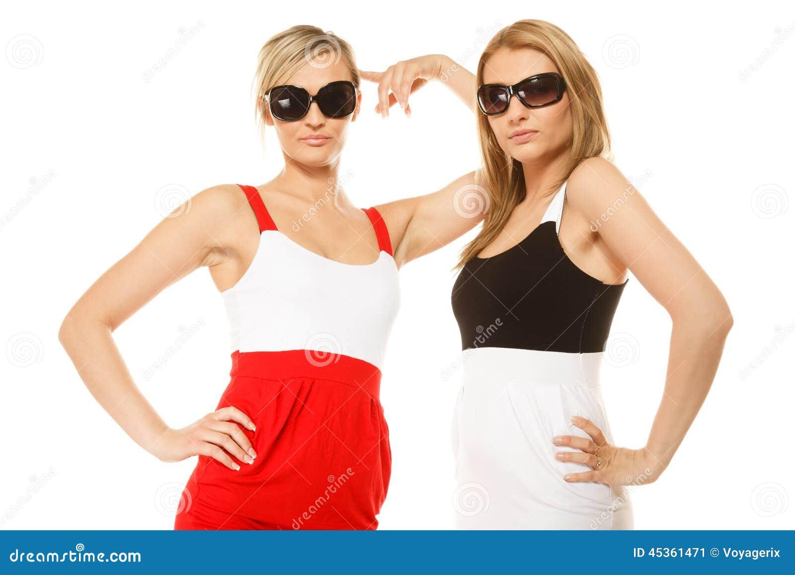 Deux femmes folles sexy en été vêtx des lunettes de soleil