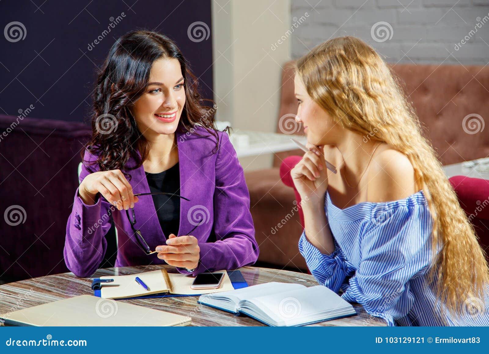 Deux femmes lors d un contact