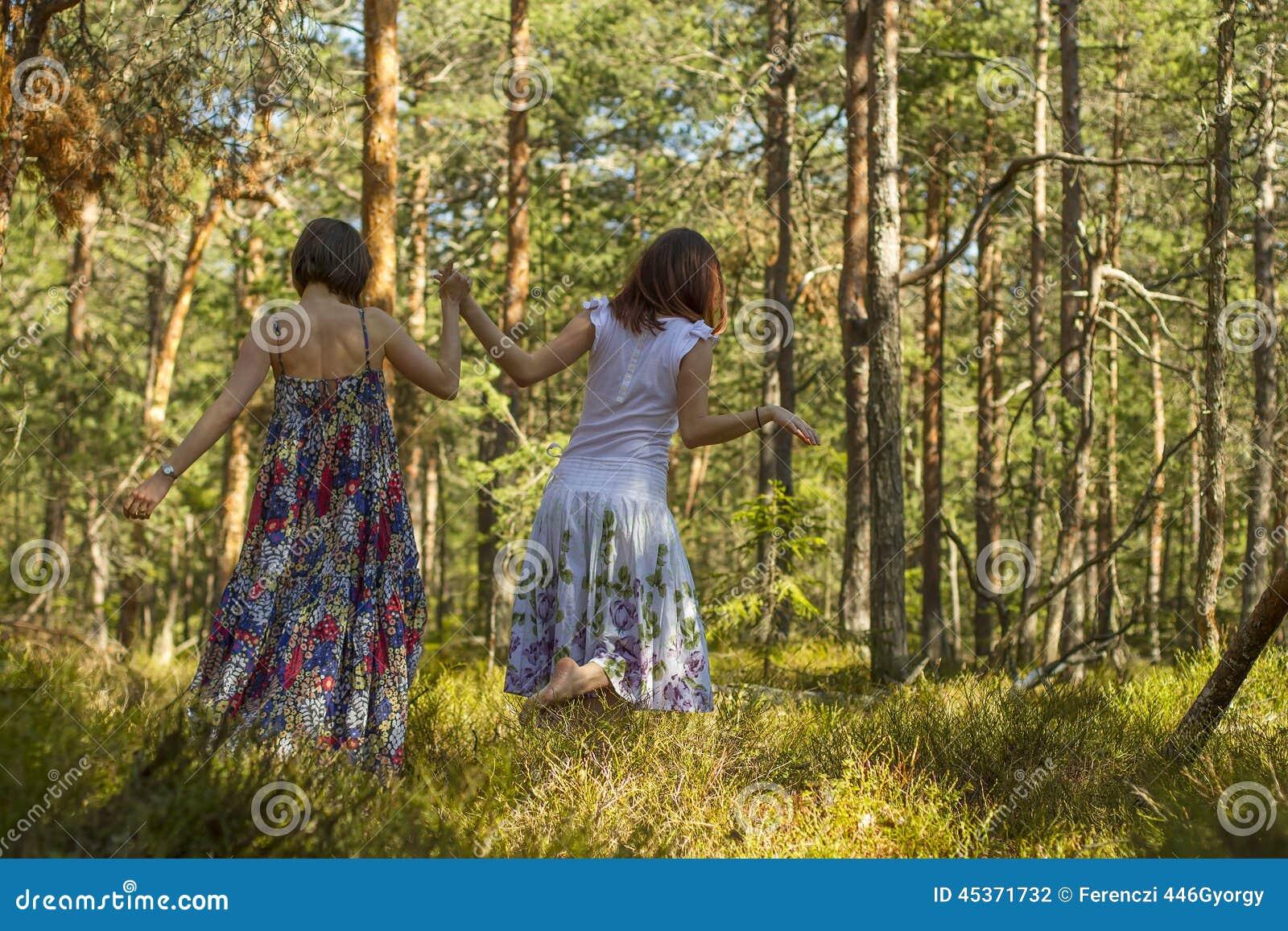 Deux femmes marchant dans la forêt