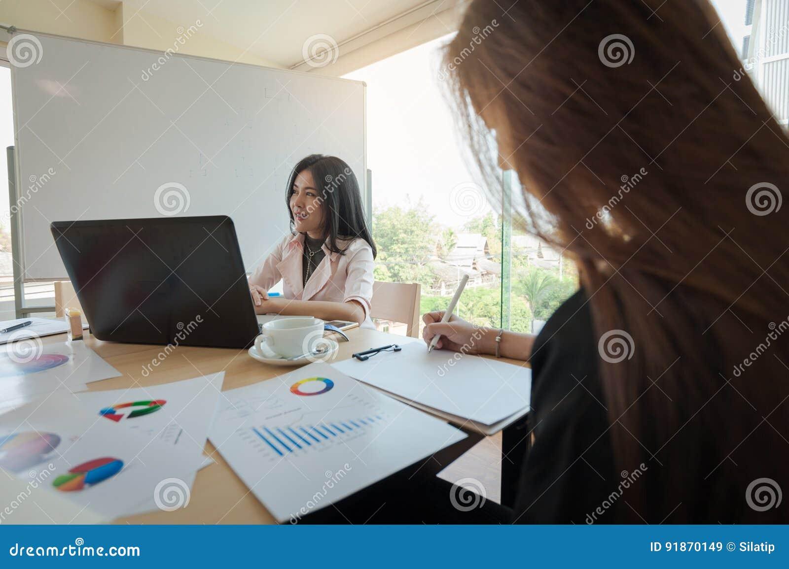 Deux femmes participent réunion d affaires