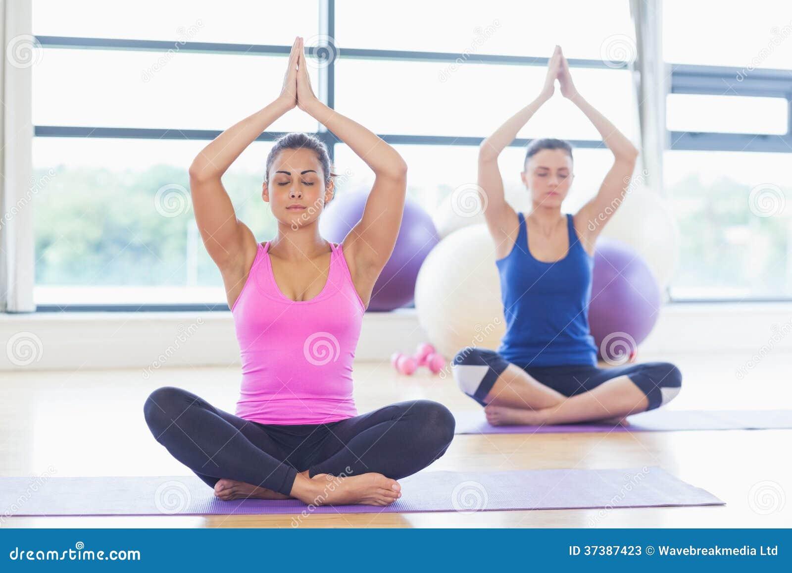 Deux femmes sportives avec jointif remet des têtes au studio de forme physique