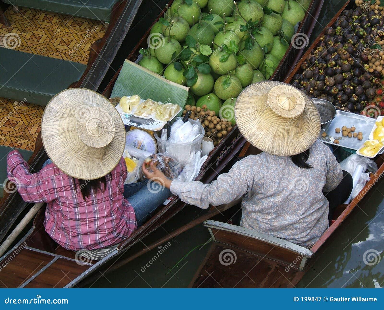 Deux femmes sur un marché de flottement