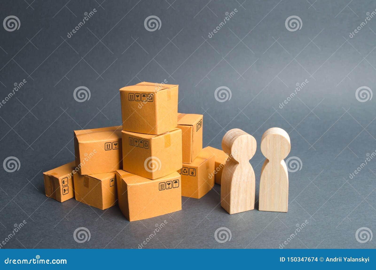 Deux figures humaines se tiennent près d une pile des boîtes de craton l acheteur et le vendeur, le fabricant et le détaillant di