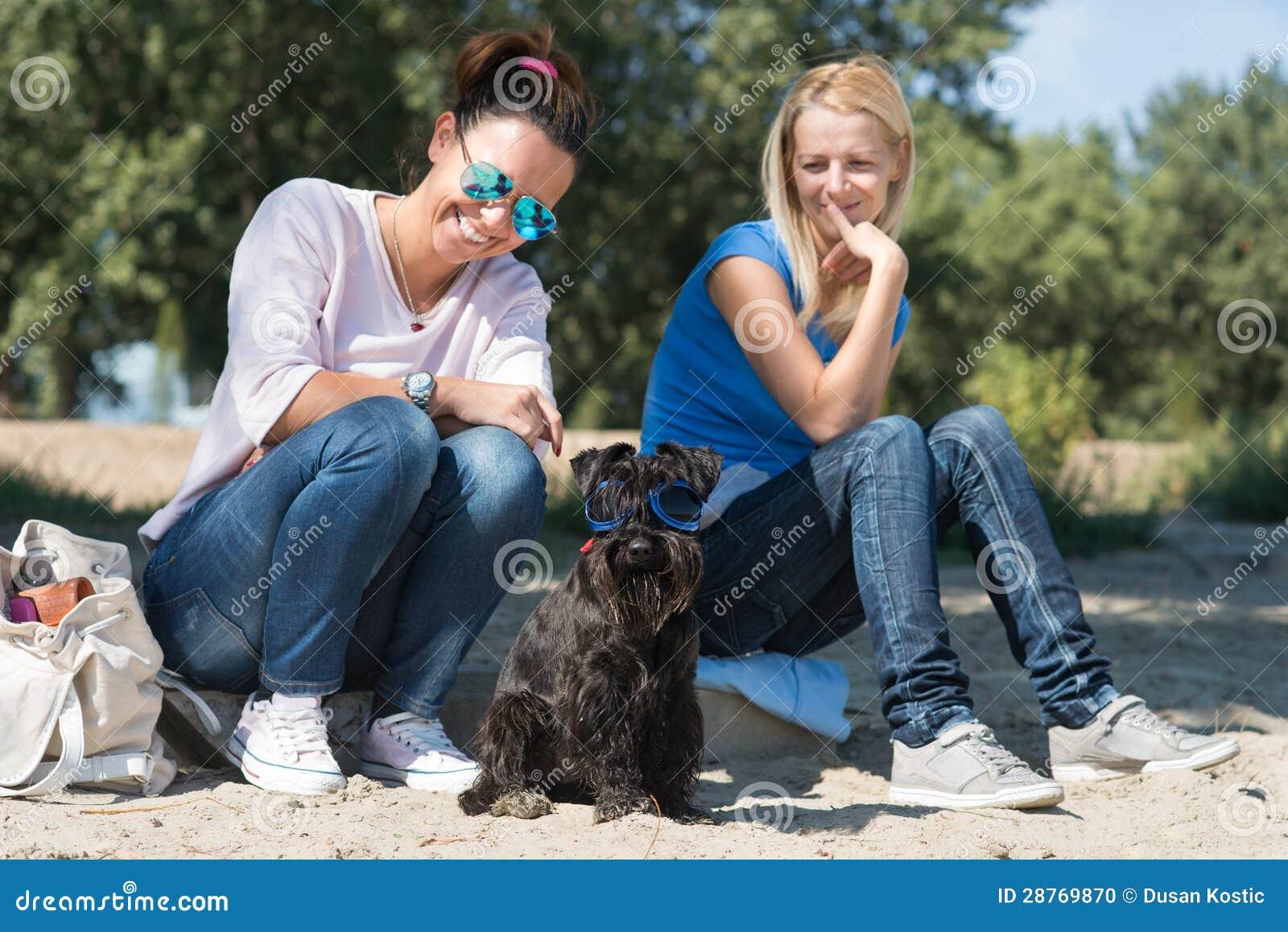Deux filles avec le crabot
