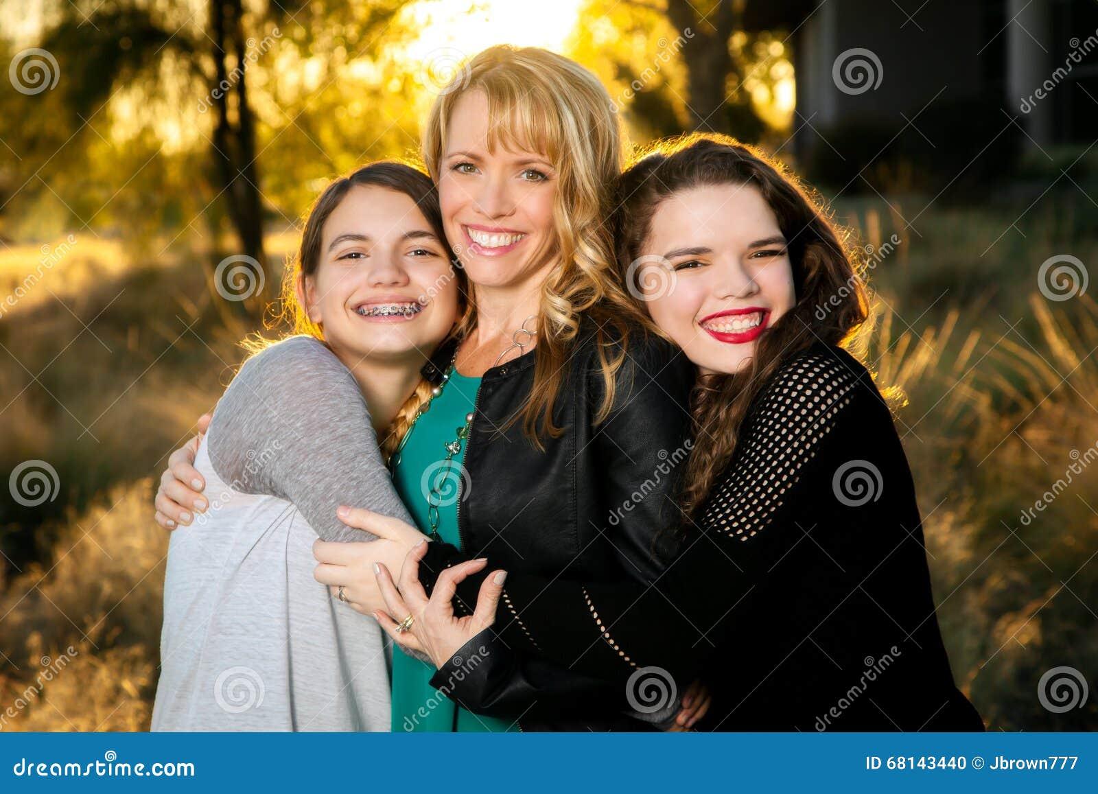 Deux filles de l adolescence étreignant leur maman
