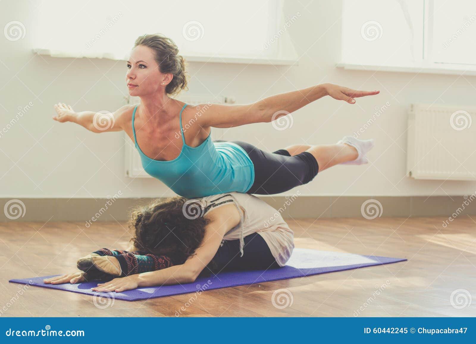 deux filles font le yoga l 39 int rieur image stock image du harmonie concentration 60442245. Black Bedroom Furniture Sets. Home Design Ideas
