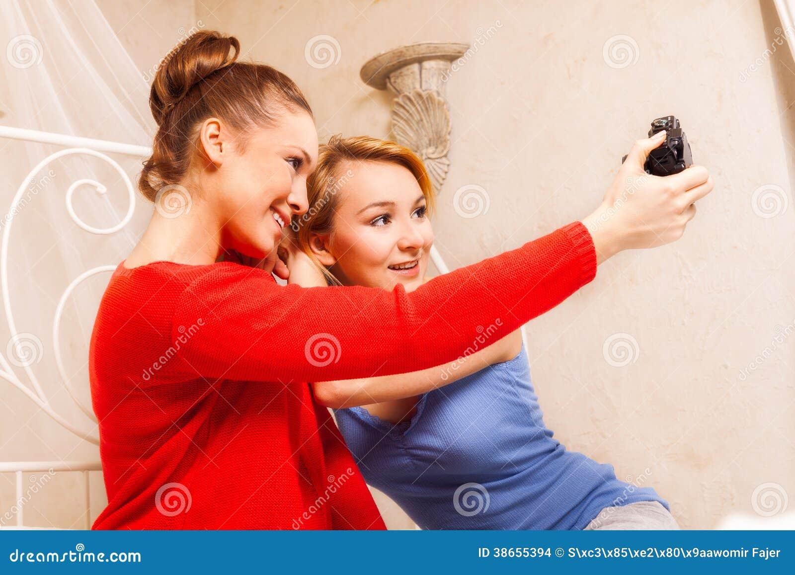 Deux filles se faisant photo