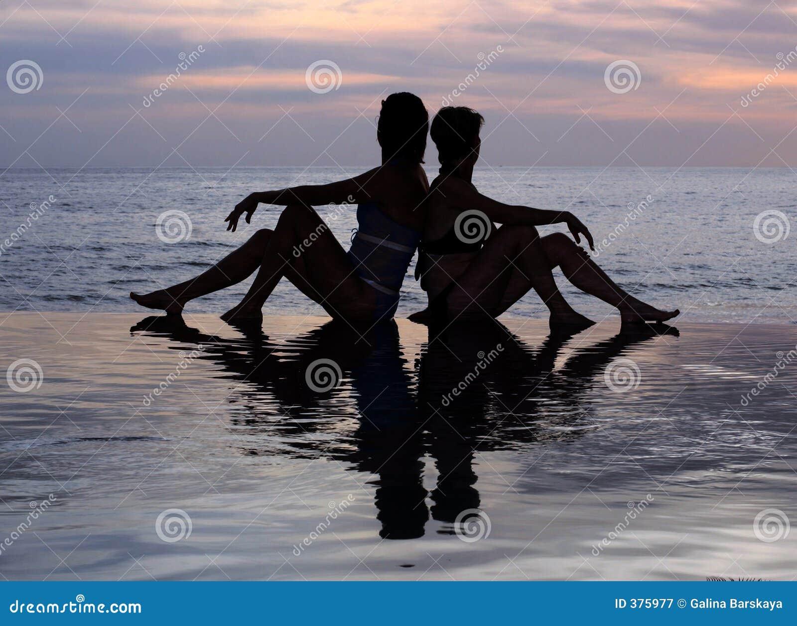 Deux filles sur la plage