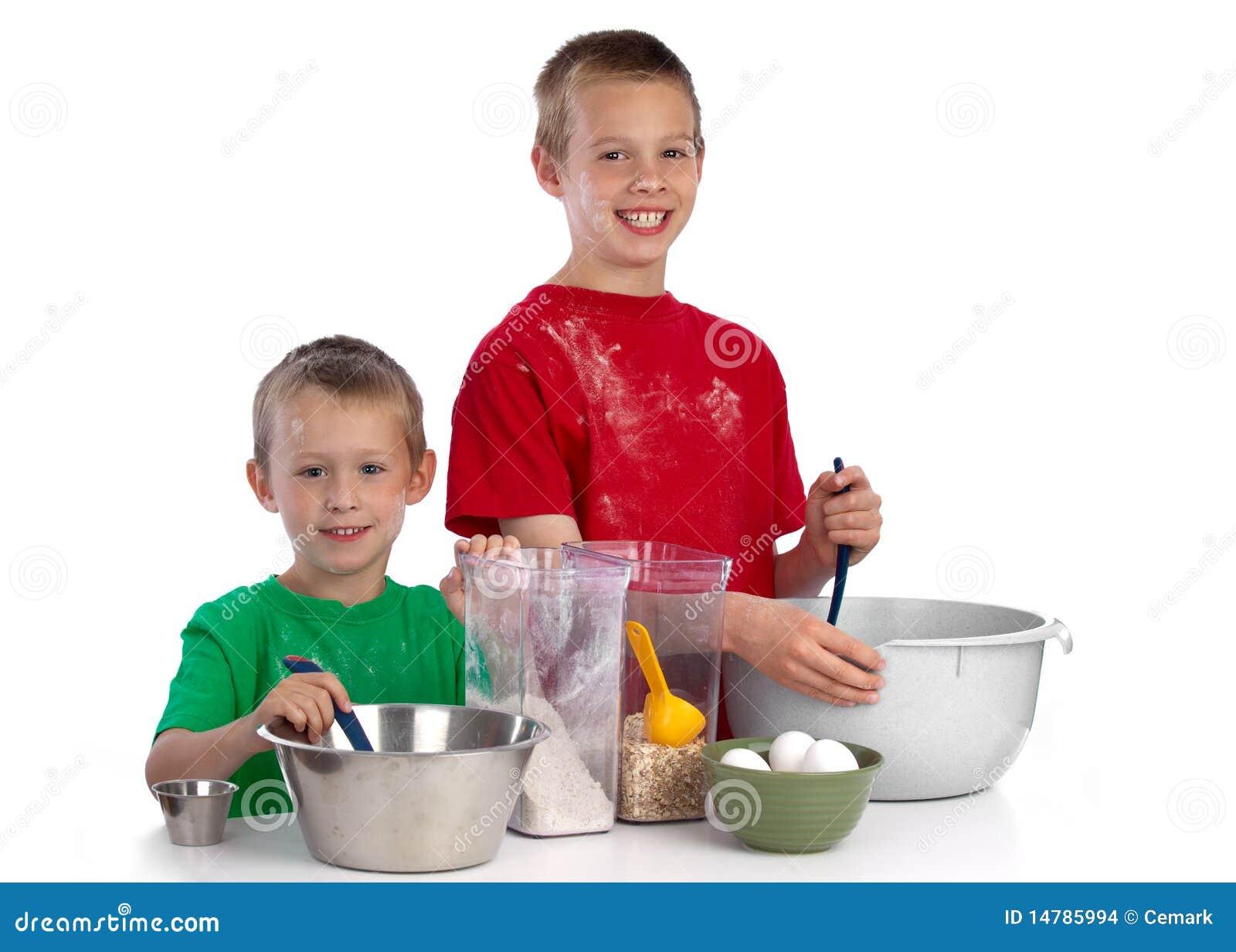 Deux frères caucasiens faisant un gâteau