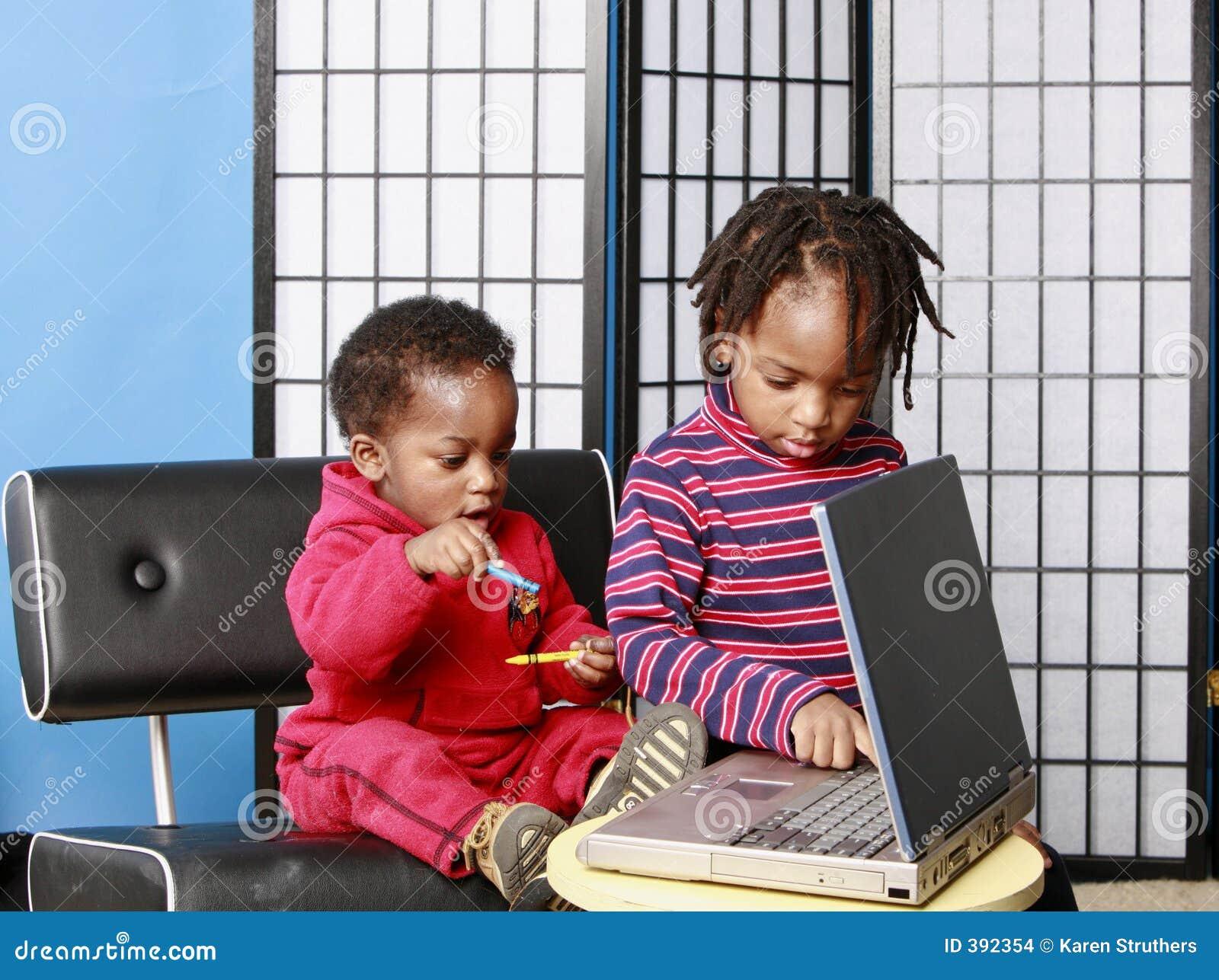 Deux frères jouant avec un PC