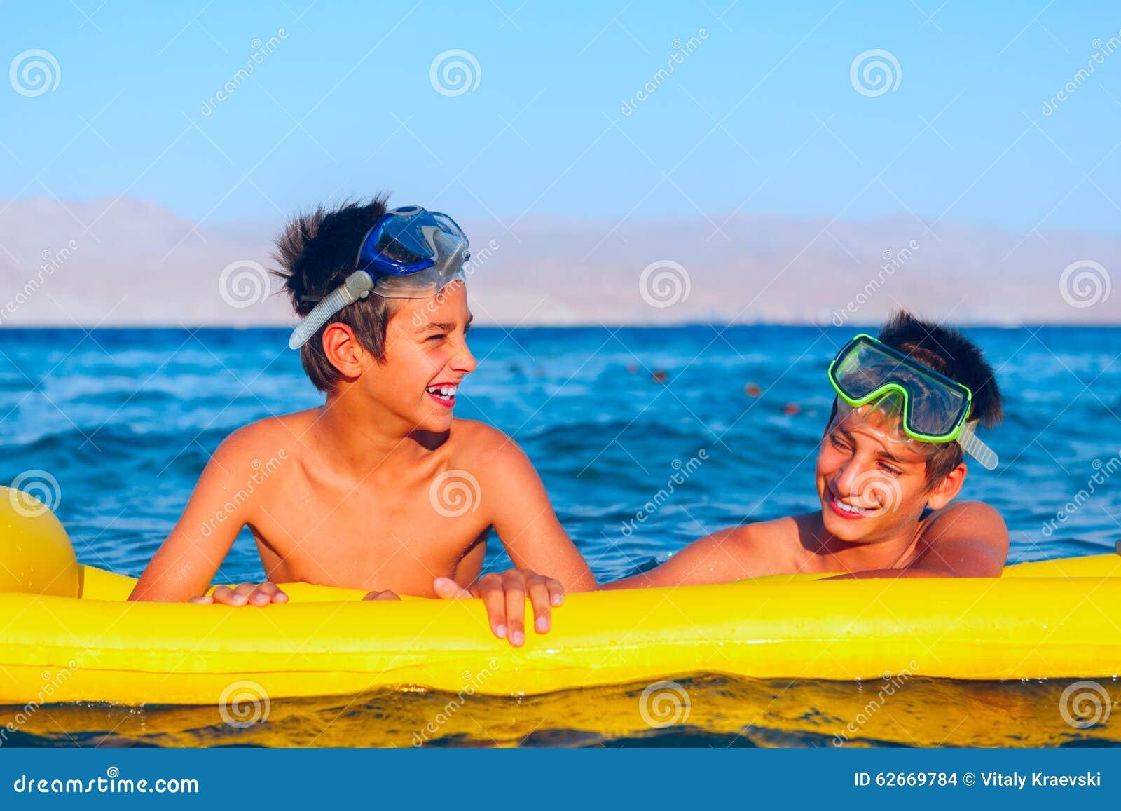 Deux garçons apprécient leur temps sur la plage