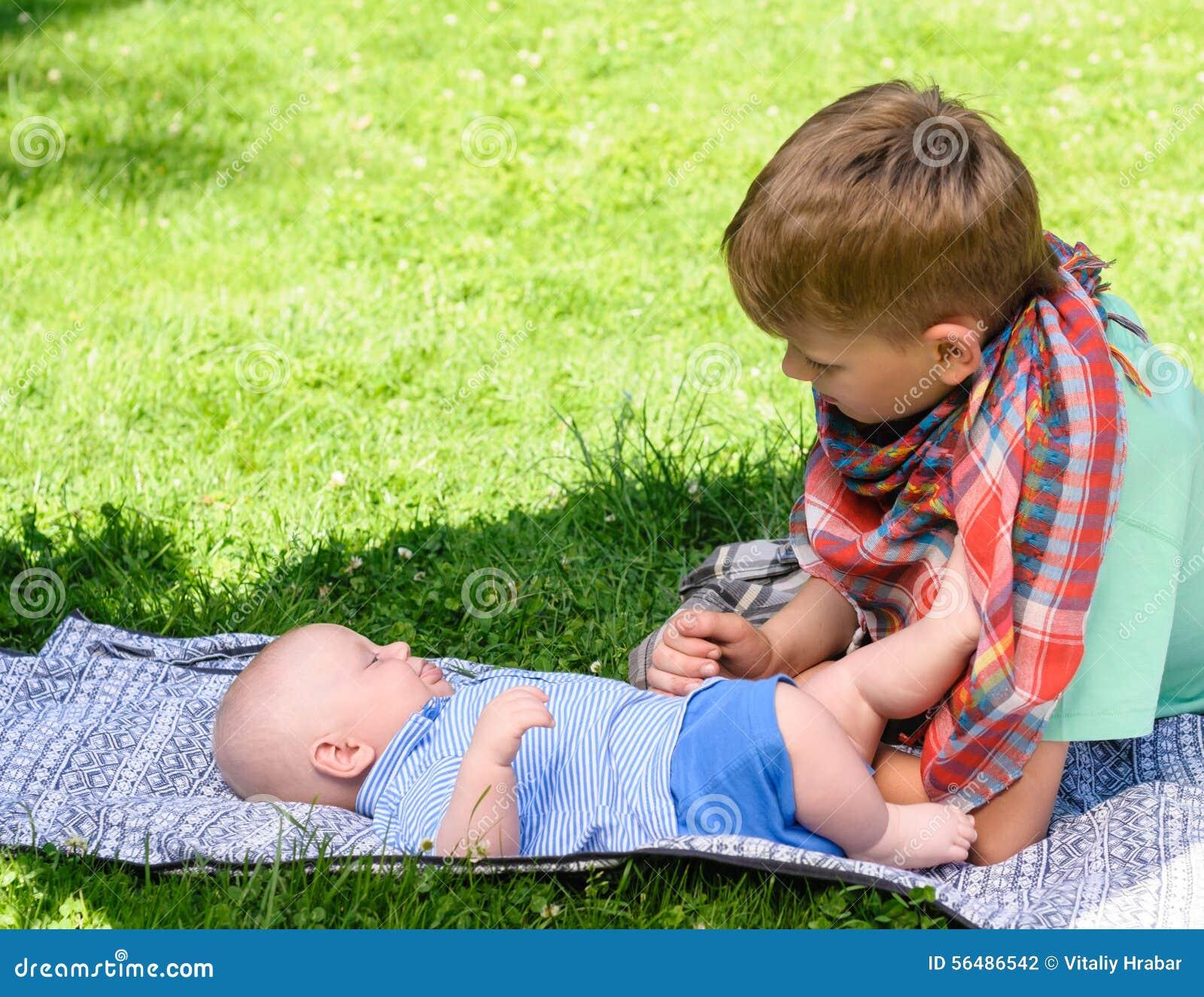 Deux garçons dans le jardin