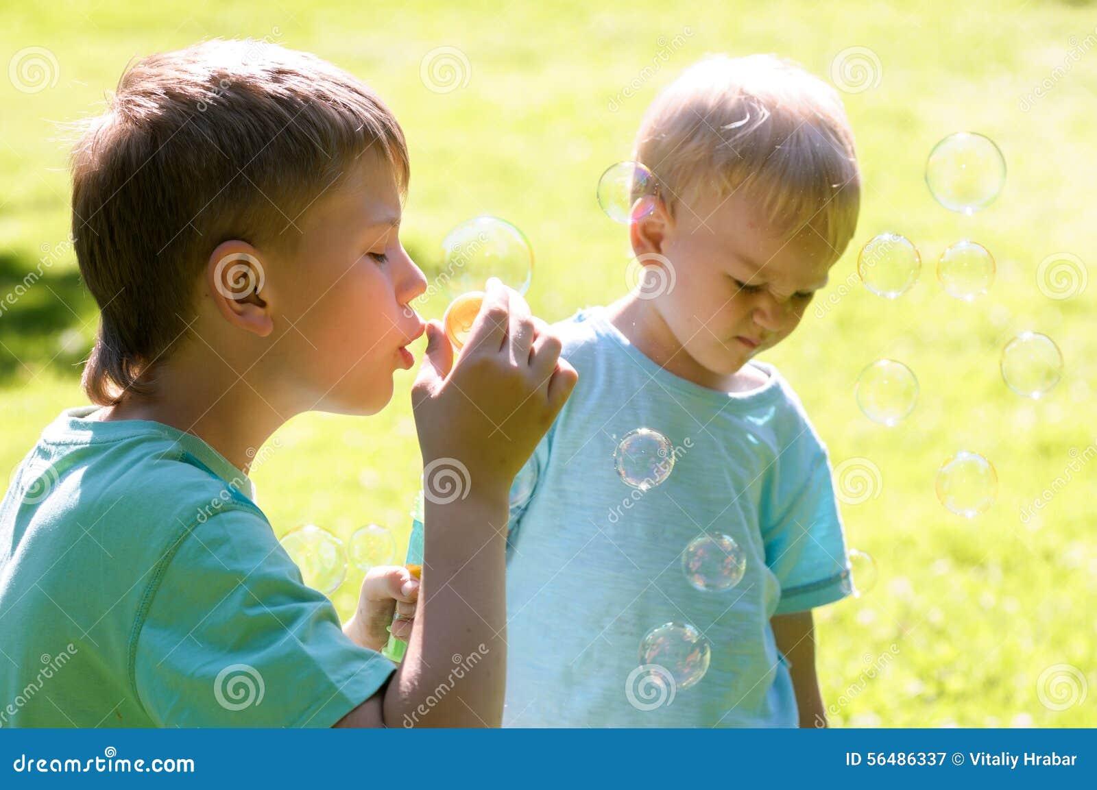 Deux garçons jouant dans le jardin
