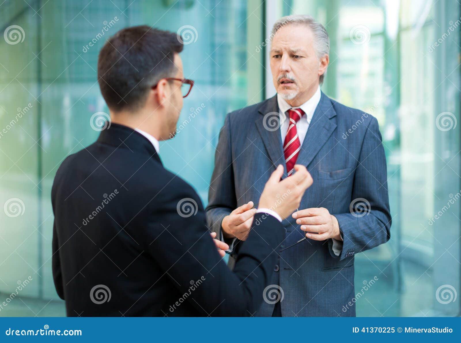 Deux gens d affaires de discussion extérieure
