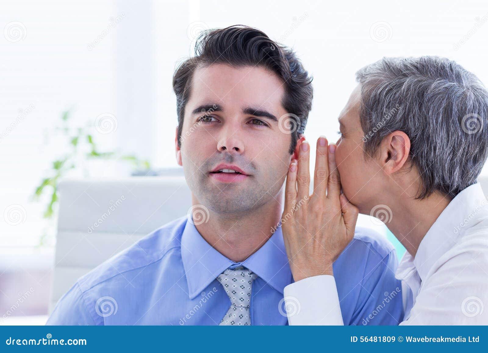 Deux gens d affaires regardant un papier tout en travaillant au dossier