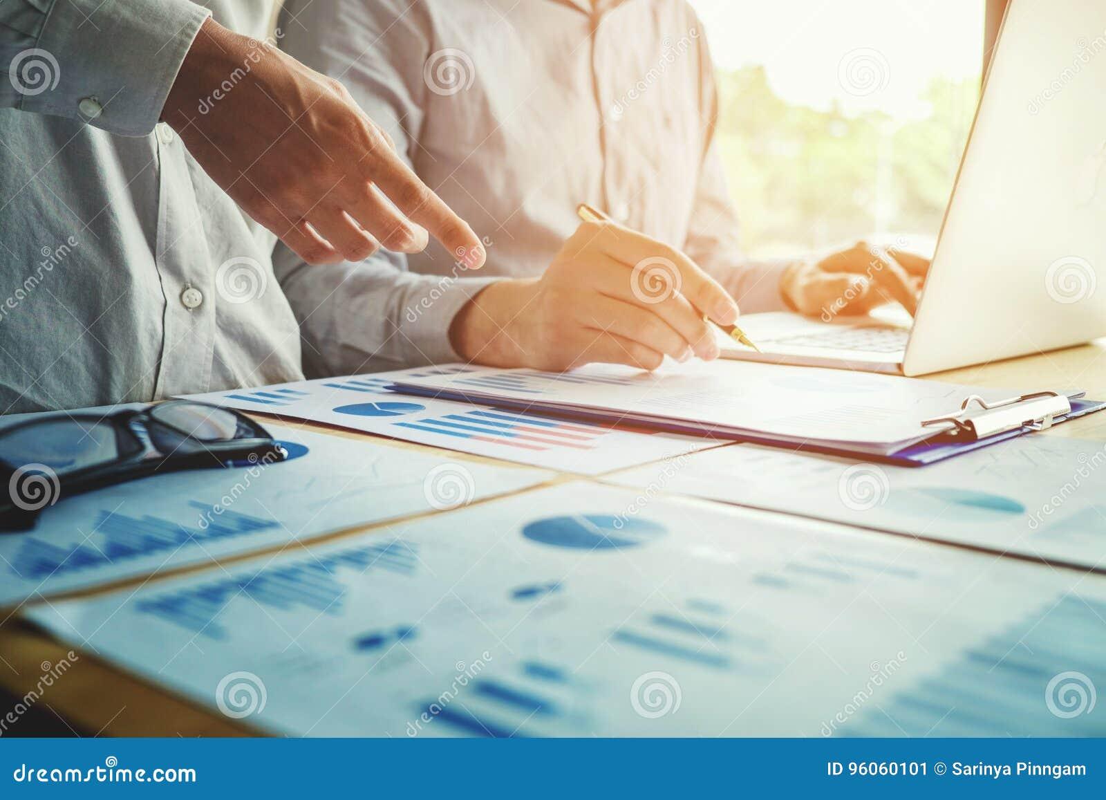 Deux gens d affaires travaillant ensemble sur la réunion d ordinateur portable avec la technologie