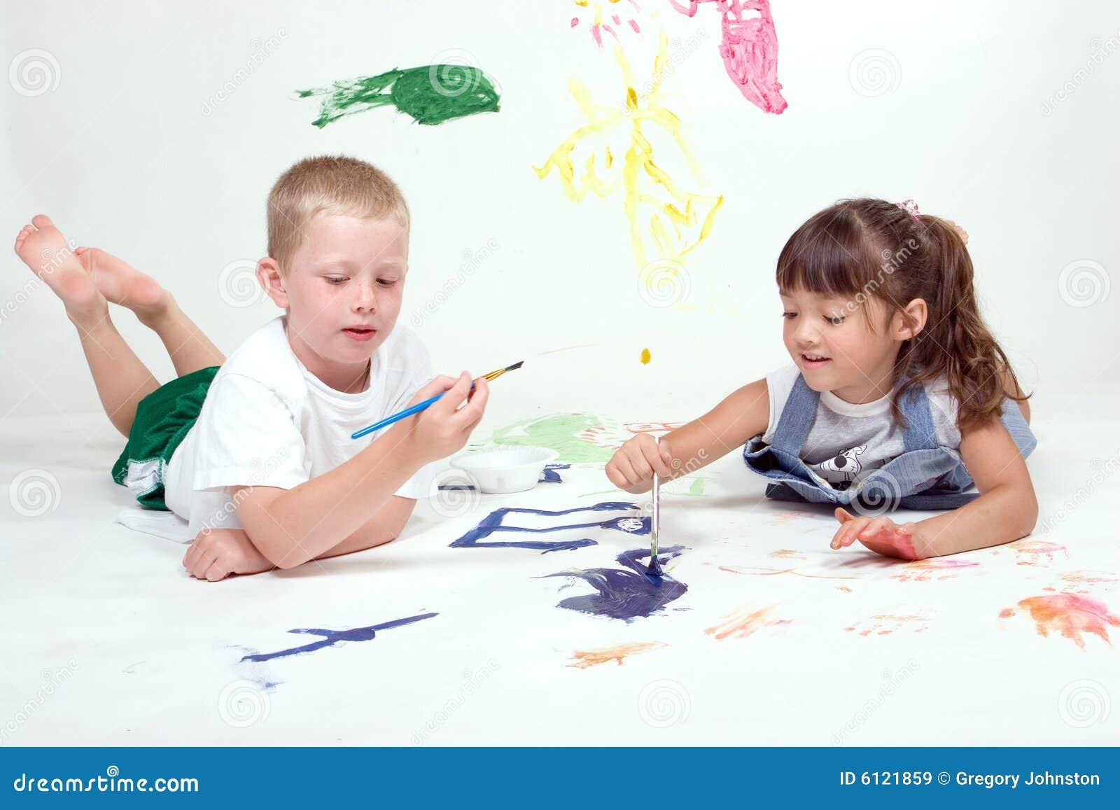 Deux gosses sont des illustrations de peinture.