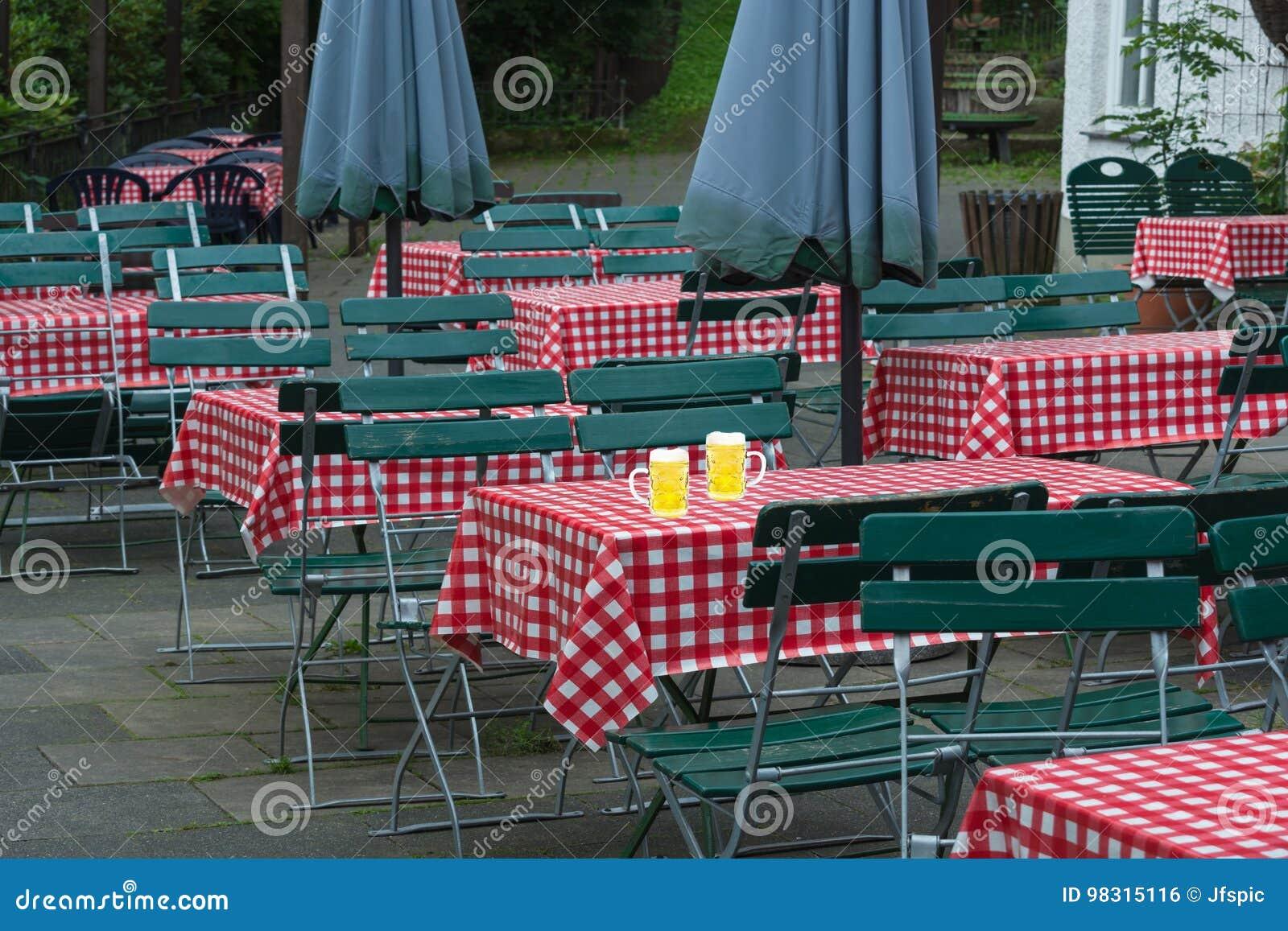 Deux Grandes Cruches De Bière Sur Une Table De Jardin De ...