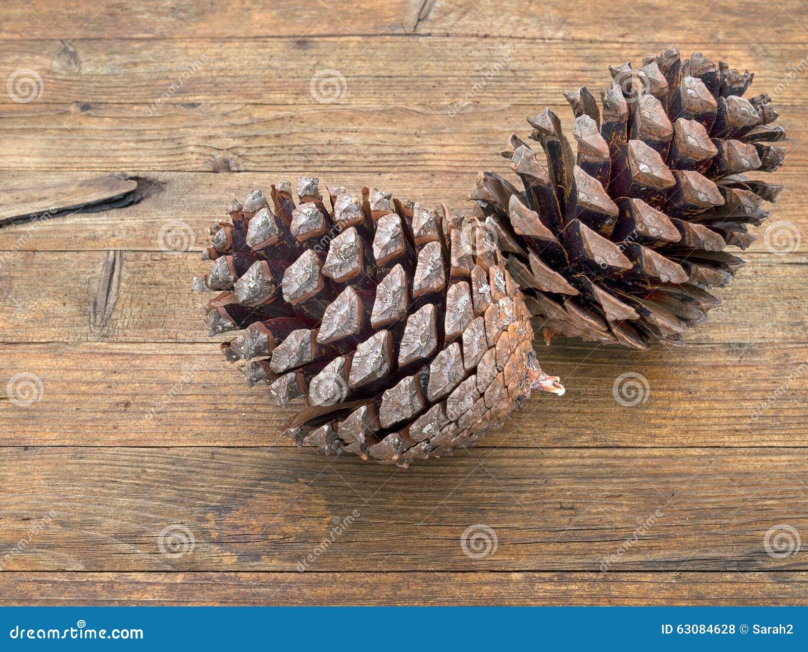 Download Deux Grands Cônes De Pin Sur Le Fond En Bois Normal Photo stock - Image du beau, fond: 63084628