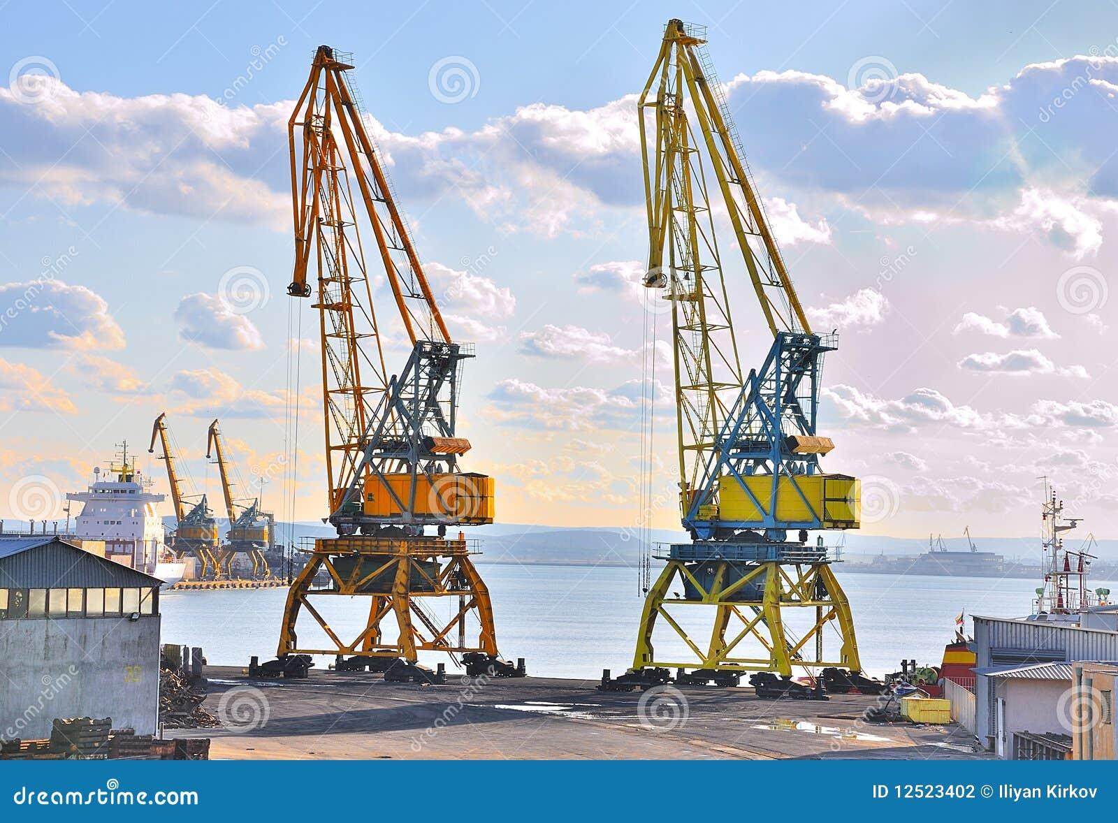 Deux grues sur un port