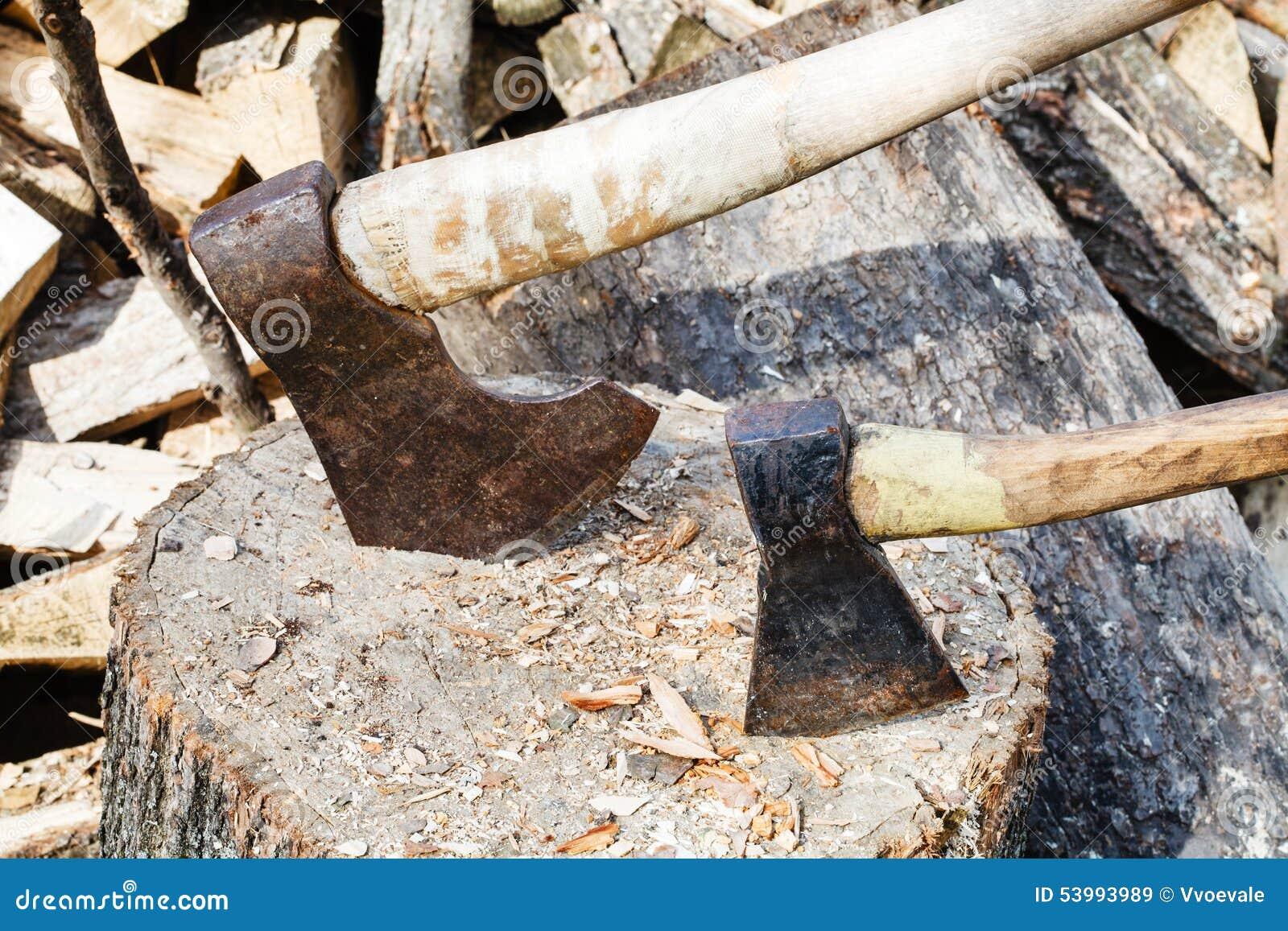 deux haches dans le bloc pour couper le bois de chauffage. Black Bedroom Furniture Sets. Home Design Ideas