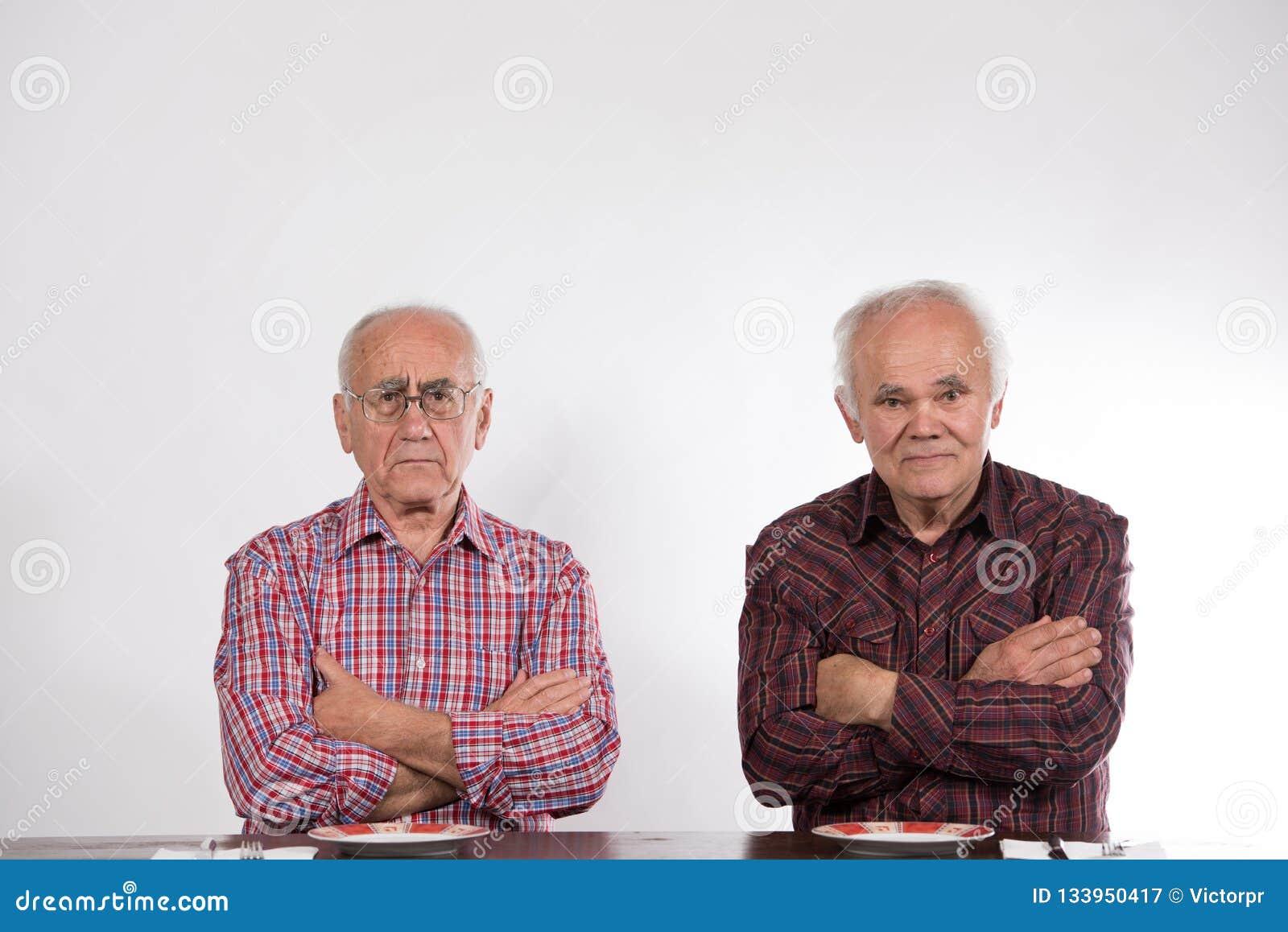 Deux hommes avec les plats vides