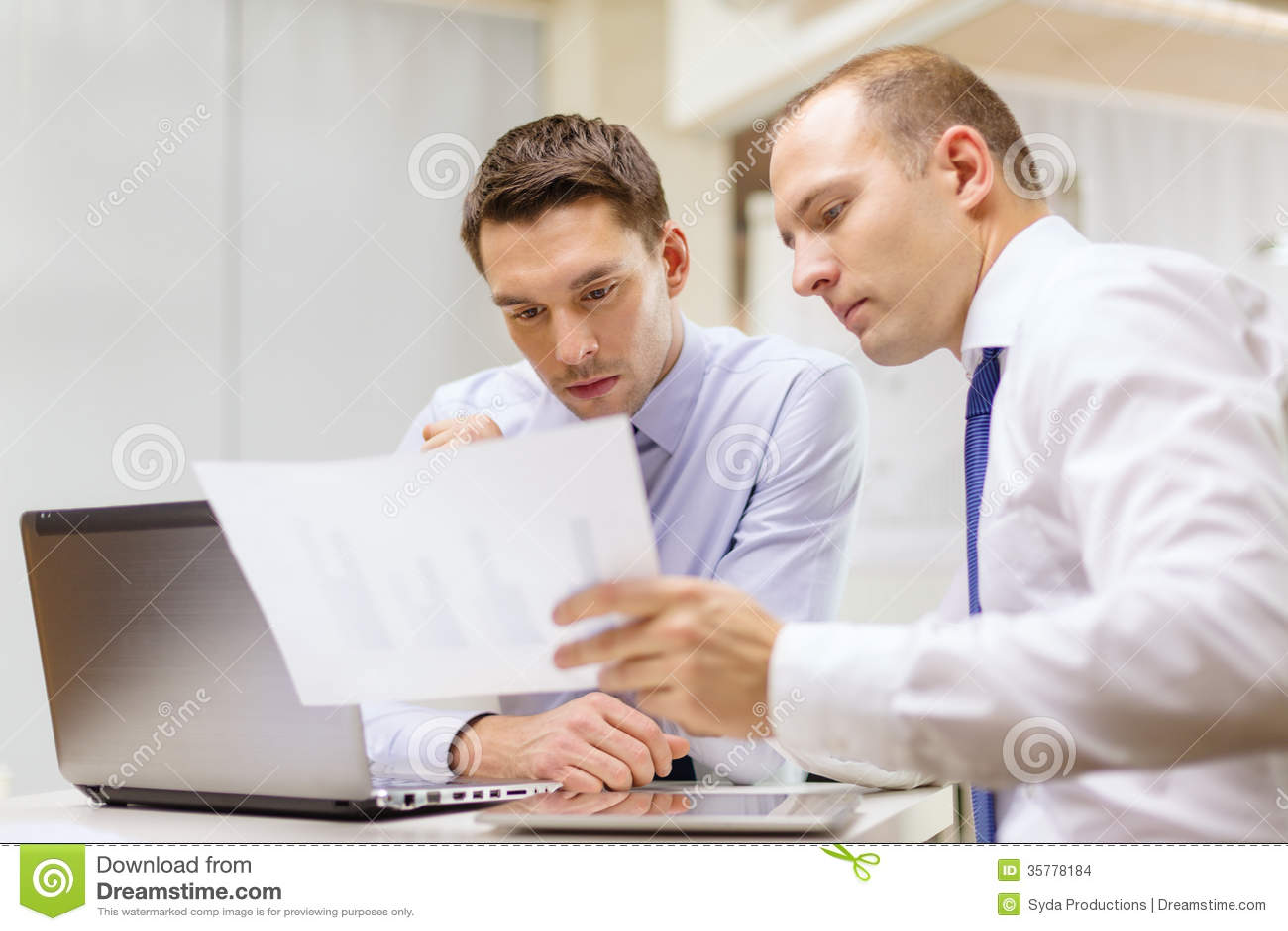 deux hommes d 39 affaires ayant la discussion dans le bureau images stock image 35778184. Black Bedroom Furniture Sets. Home Design Ideas