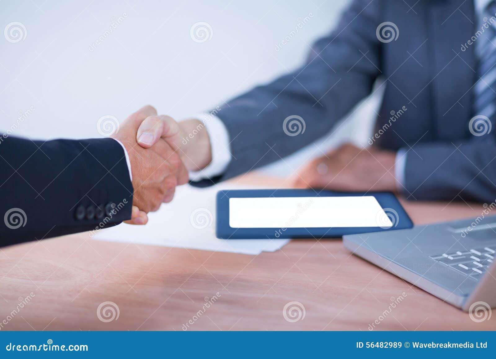 Deux hommes d affaires de collègues se serrant la main