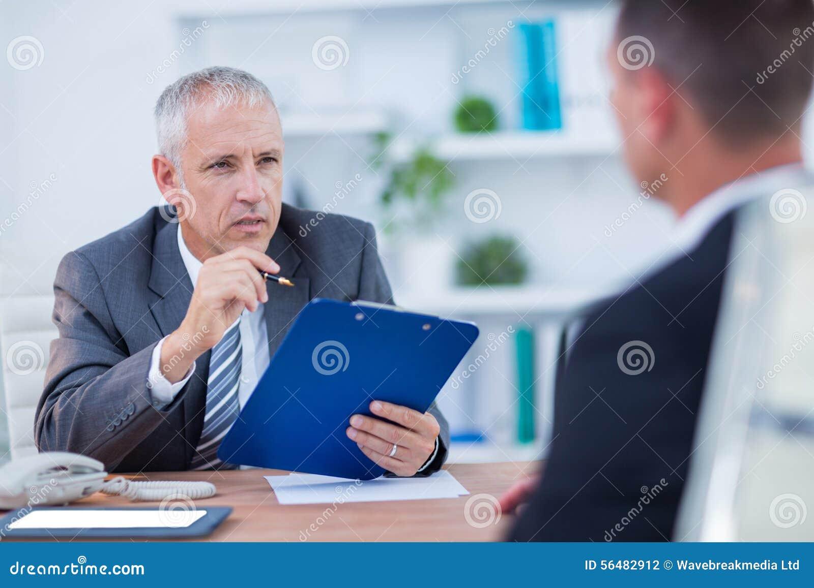 Deux hommes d affaires parlant et travaillant