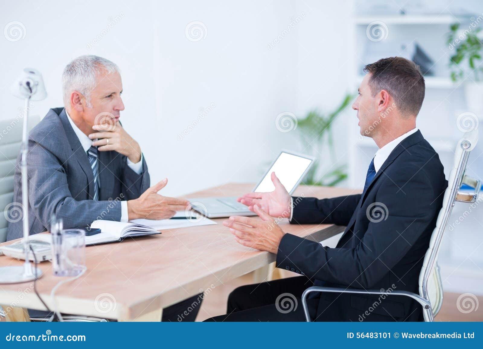 Deux hommes d affaires sérieux parlant et travaillant