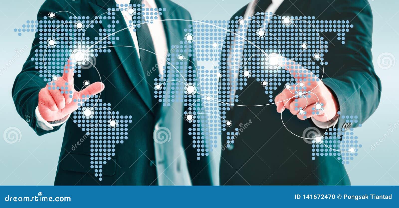 Deux hommes d affaires touchant le bouton virtuel de carte du monde Concepts de monde relié ensemble de contacts de l information