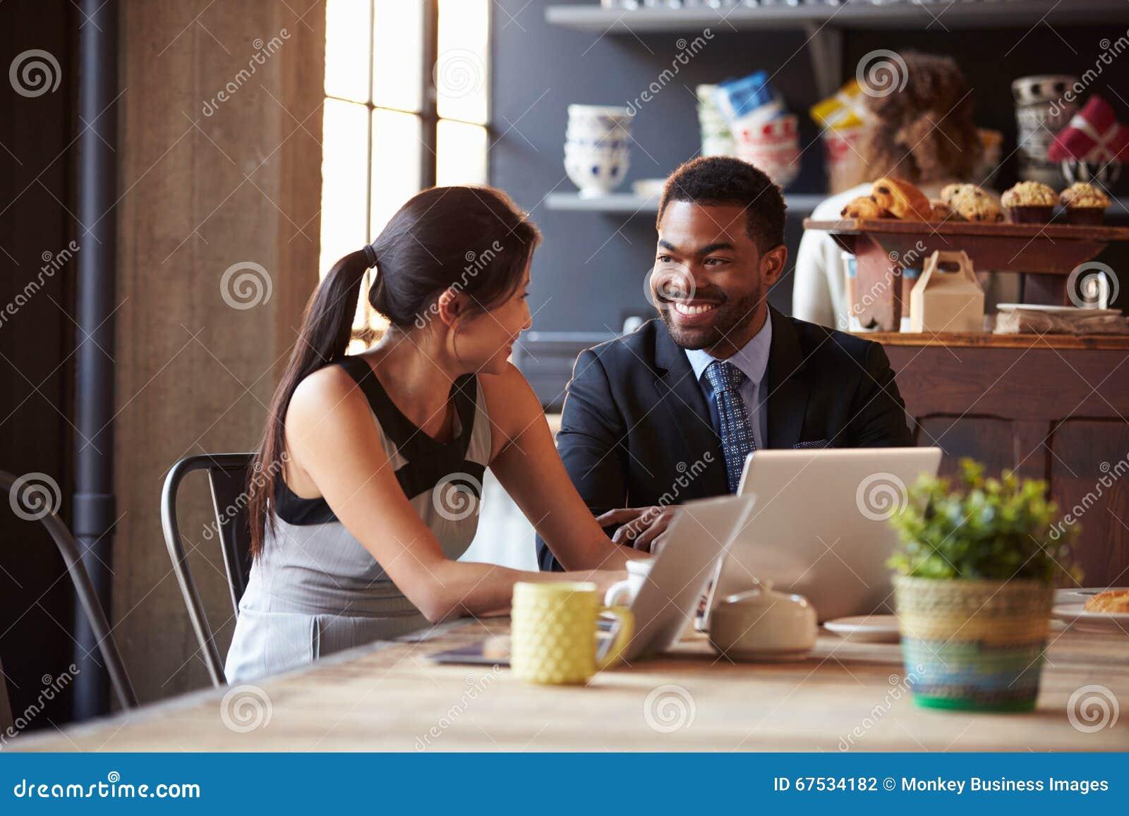 Deux hommes d affaires travaillant à l ordinateur portable en café