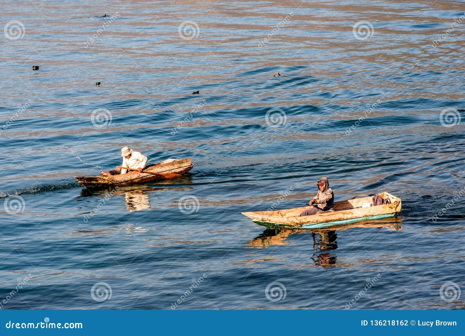 Deux hommes dans des canoës de pirogue sur le lac Atitlan, Guatemala