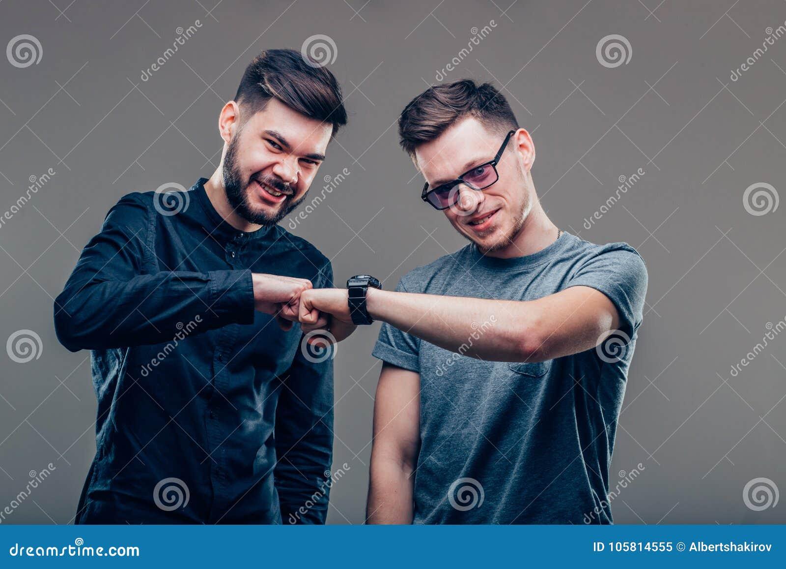 Deux hommes de meilleurs amis regardant l un l autre et montrant l unité de leur amitié