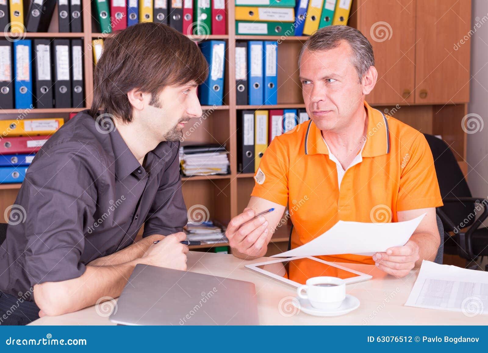 Download Deux Hommes Discutent Sur La Réunion Photo stock - Image du corporate, cuvette: 63076512