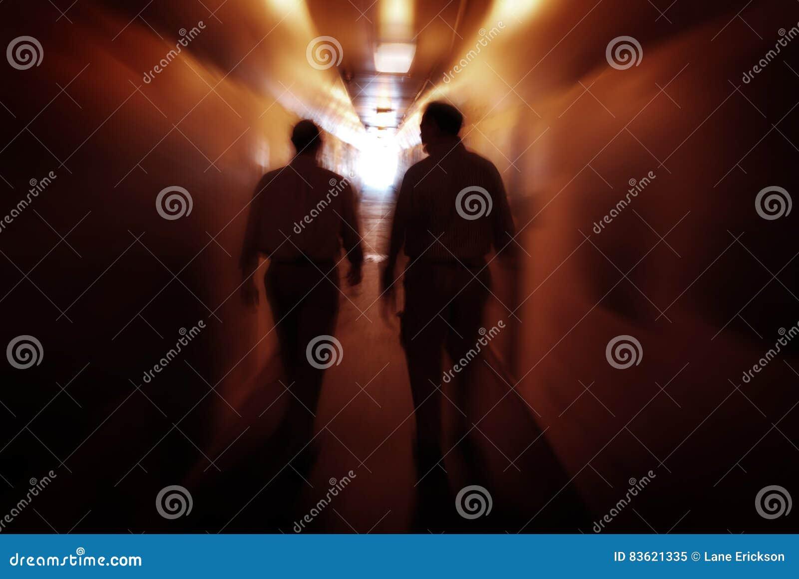 Deux hommes marchant par le tunnel explorant de nouveaux endroits